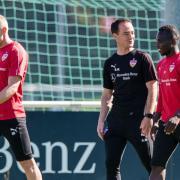 Amtsantritt: Weinzierl-Nachfolger Nico Willig (M) bei seinem ersten Training mit den VfB-Profis. Foto: Christoph Schmidt