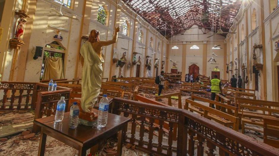 Ein Blick auf den Innenraum der durch eine Explosion beschädigte St.-Sebastians-Kirche nördlich von Colombo. Foto: Chamila Karunarathne/AP