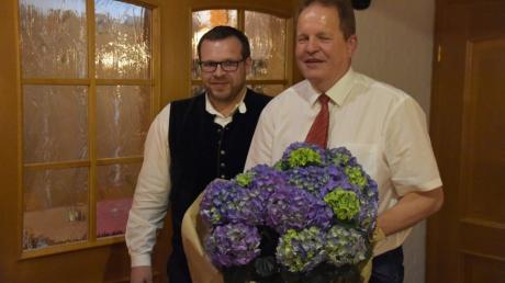 Wolfgang Kilian rechts bekommt bei der CSU-Ortsversammlung des Ortsverbands Harburg einen Blumenstrauß vom Vorsitzenden Wolfgang Stolz überreicht.