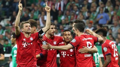 Münchens Thomas Müller (links) jubelt nach dem Tor zum 2:0 mit seinen Mitspielern.