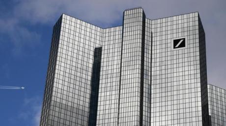 Wolken ziehen über der Zentrale der Deutschen Bank in Frankfurt hinweg.