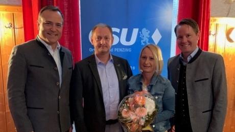 Unser Foto zeigt (von links): Landrat Thomas Eichinger, Bürgermeisterkandidat Peter Hammer mit Frau Michaela und Peter Rief (Ortsvorsitzender CSU Penzing).