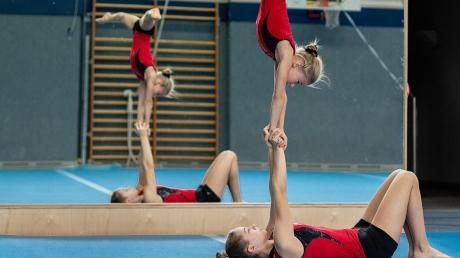 Die beiden Sportakrobatinnen Lilly Maresch oben und Jana Semenchenko überzeugten beim ersten internationalen Termin nach der Corona-Pause.