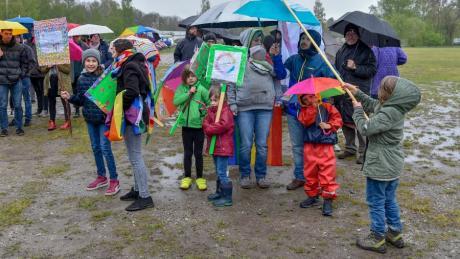 Auch das nasskalte Wetter konnte zahlreiche Demonstranten von ihrem Protest gegen die AfD nicht abhalten.
