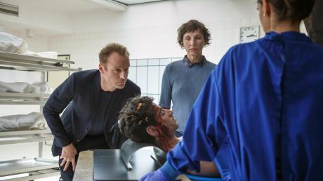 "Szene aus dem Berlin-Tatort ""Der gute Weg"": Rubin (Meret Becker) und Karow (Mark Waschke) bekommen Infos über den getöteten Drogendealer Yakut (Rauand Taleb)."