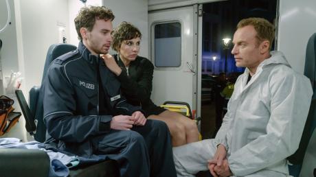 """Rubins (Meret Becker) Sohn Tolja (Jonas Hämmerle, links) mit Ermittler Karow (Mark Waschke. Szene aus dem Berlin-Tatort """"Der gute Weg"""", der am Sonntag im Ersten läuft."""