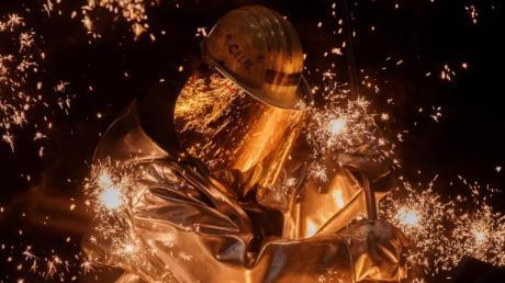Ein Arbeiter am Hochofen bei Thyssenkrupp in Duisburg: Das Unternehmen plant, 6000 Stellen zu streichen.