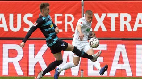 FCA-Spieler Philipp Max schlägt eine Flanke vor das Tor.