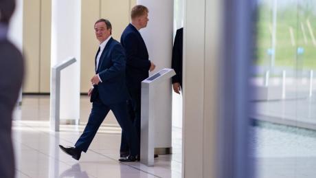 Zwei entscheidende Mönner in den Gesprächen: Armin Laschet, Ministerpräsident des Landes Nordrhein-Westfalen, geht nach den Gesprächen an Vorstandsvoristzenden Guido Kerkhoff vorbei.