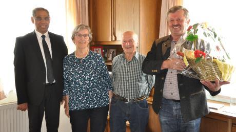 Bürgermeister Karl Weiß (rechts) und Ortsseelsorger Pater Alex (links) gratulierten Paula und Adolf Bergmüller zur Diamantene Hochzeit.