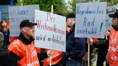 Warnstreik bei der Wanzl Metallwarenfabrik in Leipheim.  Hunderte Mitarbeiter folgen dem Aufruf der Gewerkschaft IG Metall.