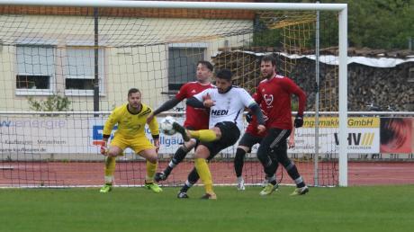 Der TSV Mindelheim um Ferhan Yörür (weißes Trikot) will im letzten Saisonspiel den direkten Klassenerhalt sichern.
