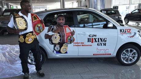 Der dreifache Boxweltmneister Nuhu Lawal hat am Freitag im Autohaus Abel + Ruf in Donauwörth-Nordheim an seinem Geburtstag ein Auto geschenkt bekommen.