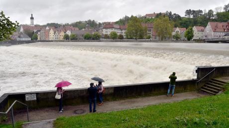 Am Landsberger Lechwehr bietet das Hochwasser ein beeindruckendes Schauspiel.