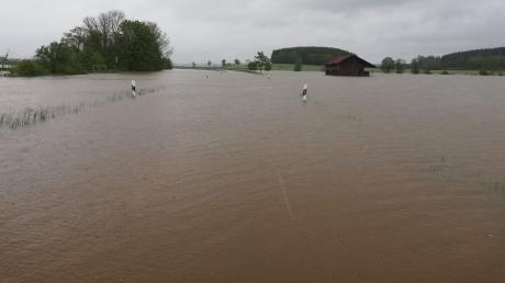 Die Verbindungsstraße zwischen Dirlewang und Unteregg steht unter Wasser - und ist gesperrt.