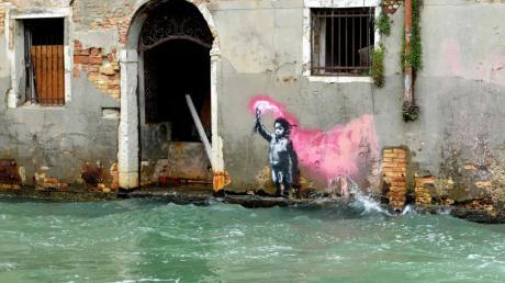 Banksy war unerkannt auf der Biennale. Dieses Kunstwerk von einem Mädchen mit Rettungsweste stammt von ihm.