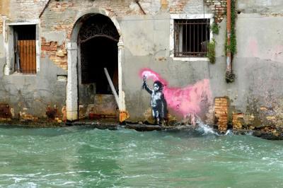Banksy bekennt sich zu Street-Art auf der Biennale in Venedig