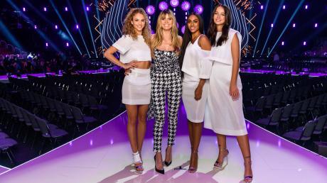 """Simone (l.) ist """"Germany's Next Topmodel"""" 2019. Im Finale standen auch Cäcilia und Sayana (beide links von Heidi Klum)"""