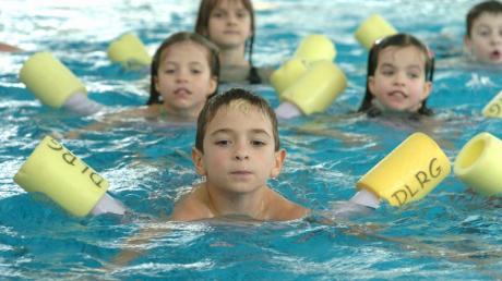 Ein Bild, das es lange nicht gab: Die DLRG bringt im Gartenhallenbad in Leipheim den Anfängern das Schwimmen bei.