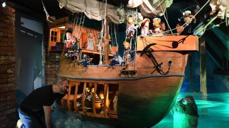 Ein Handelsschiff aus der Zeit der Fugger und Welser haben die Bühnenbildner der Augsburger Puppenkiste nachgebaut. Es ist mit fünfzig Marionetten besetzt.