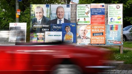 Wahlplakate zur Europawahl am 26. Mai 2019 hängen an einer Plakatwand in Ichenhausen, während ein Cabrio schnell vorbei fährt.