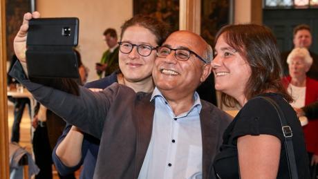 Ein Selfie für Sieger: Die Grünen-Landtagsabgeordneten Stephanie Schuhknecht und Cemal Bozoglu fotografierten sich nach Bekanntgabe des Ergebnisses mit Augsburgs Fraktionsvorsitzender Martina Wild.