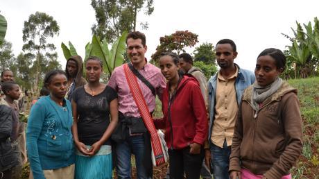 Uli Ernst aus Utting ist nicht nur Landwirt und Betreiber des Hochseilgartens, sondern auch Entwicklungshelfer. Dieses Foto zeigt ihn in Äthiopien mit den sogenannten Bienenladies aus Dilla.