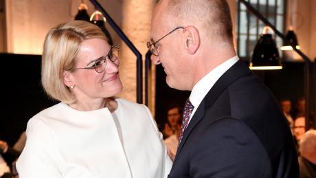 """Sie verstehen sich gut: Eva Weber möchte Kurt Gribl als Oberbürgermeisterin beerben. Gribl macht sich für seine Wunschnachfolgerin stark und warnt vor einer möglichen """"links-grünen Mehrheit""""."""