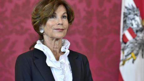 Brigitte Bierlein, Präsidentin des Verfassungsgerichtshofs, hört Bundespräsident Van Der Bellen zu, der sie zur neuen Kanzlerin erklärt. Foto: Hans Punz/APA