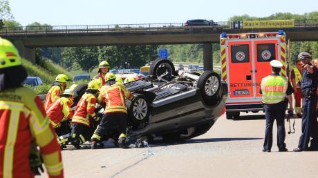 Ein Auto hat sich nach einem Unfall auf der A7 bei Nersingen überschlagen.