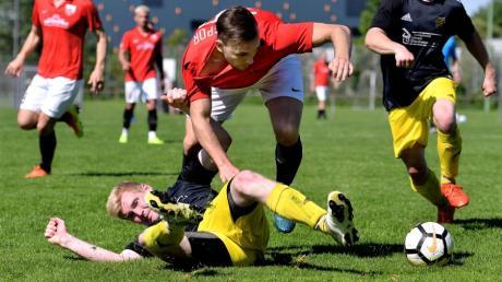Der SV Beuren (am Boden André Gaiser) spielte gegen Türkspor Neu-Ulm couragiert, kassierte aber trotzdem sechs Gegentore. Noch müssen Mustafa Onay (am Ball) und seine Mitspieler auf den Meistertitel warten.