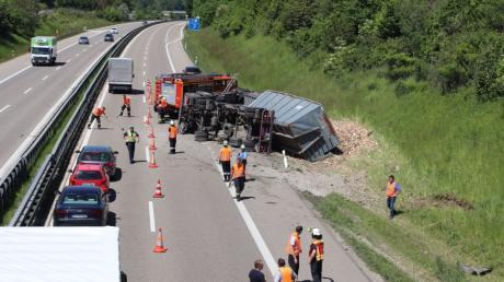 Auf der A96 bei Wiedergeltingen ist ein Lastwagen umgekippt.