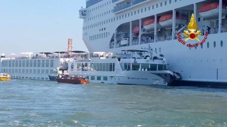 """Das Kreuzfahrtschiff """"Msc Opera"""" ist beim Anlanden an der Anlegestelle San Basilio  im Kanal von Giudecca mit  einemTouristenboot zusammengestossen."""