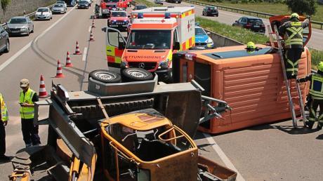 Unfall auf der A8 zwischen Günzburg und Leipheim: Ein Kleintransporter-Gespann mit einem Minibagger auf dem Anhänger ist auf der Autobahn umgestürzt.