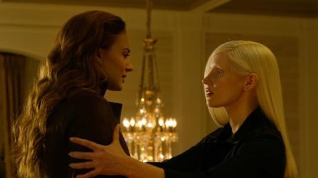 Dark Phoenix (Sophie Turner, links) wird von einer Alien-Frau (Jessica Chastain) umgarnt.