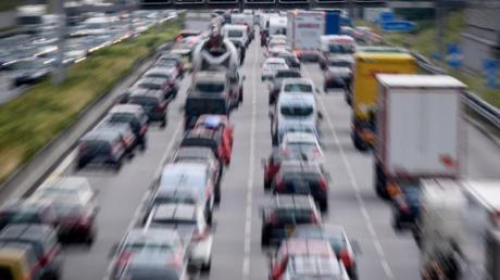 Zähfließender Verkehr und Stau fordern von Reisenden stets gute Nerven. Foto: Matthias Balk/Illustration