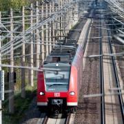 Die Deutsche Bahn will bis 2038 komplett auf Ökostrom umstellen - 12 Jahre früher, als zunächst geplant. Foto: Hauke-Christian Dittrich