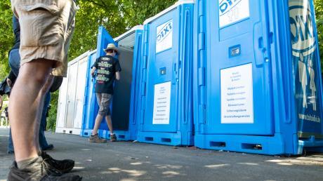 Bei Rock im Park löste die prekäre Dixi-Klo-Situation einen Shitstorm in den sozialen Medien aus. Auf Festivals leisten die Plastik-WCs seit Jahrzehnten nützliche Dienste - auch wenn's manchmal zum Himmel stinkt.