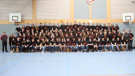 Die Abiturientinnen und Abiturienten des SKG Krumbach mit Schulleiter Norbert Rehfuß (links) und Oberstufenbetreuer Thomas Pitl (rechts).