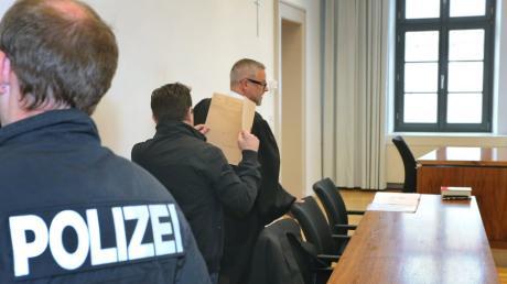 Ein Angeklagter steht wegen versuchten Mordes vor Gericht.