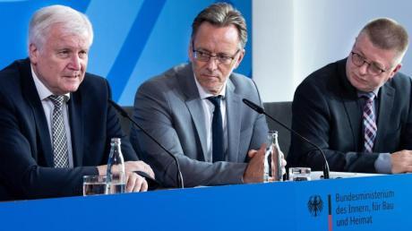 Bundesinnenminister Horst Seehofer (l-r), BKA-Präsident Holger Münch und Thomas Haldenwang, Präsident des Bundesamts für Verfassungsschutz), äußern sich bei einer Pressekonferenz im Bundesinnenministerium zum Mordfall Lübcke.