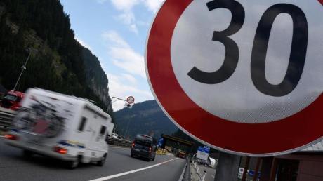Neu: In Tirol gilt ab sofort ein Fahrverbot auf Landstraßen, die zur Umfahrung der Staus oder zur Vermeidung der Maut auf den österreichischen Autobahnen genutzt werden. Foto: Angelika Warmuth