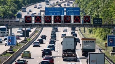 Stau auf der Autobahn 8 vor dem Dreieck Leonberg bei Stuttgart: In Baden-Württemberg und Bayern wird zum Ende der Pfingsferien mit viel Rückreiseverkehr gerechnet. Foto: Fabian Sommer