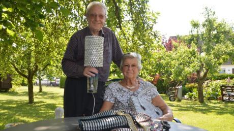 Günter und Lotte Moll aus Bachhagel fertigen Taschen und Lampenschirme aus Dosenlaschen. Die haben sie armen Kindern in Kambodscha abgekauft, die Dosen am Strand sammeln. Die Erlöse ihrer Produkte lassen die beiden den Kindern zugutekommen.