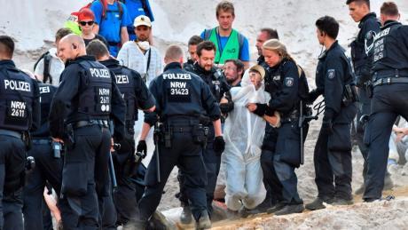 Polizisten nahmen in der Braunkohlemine Garzweiler mehrere Demonstranten fest.