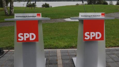 Leere Pulte vor Beginn einer SPD-Konferenz. Foto: Peer Grim