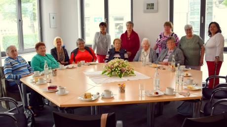 """Zum 20-jährigen Bestehens des """"Witwenkreises"""" kamen zwölf Frauen aus Pfaffenhausen und Umgebung zu einem gemütlichen Kaffeeklatsch zusammen. Erika Bestler (Zweite von rechts) organisiert diese Treffen mit Begeisterung und will auch noch weitermachen."""