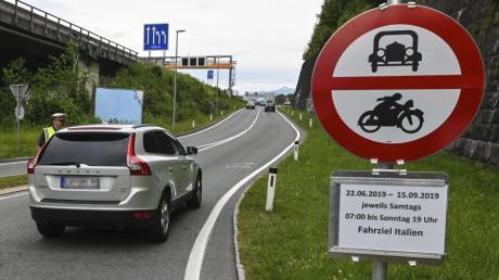 In Tirol hat die Polizei auch am Sonntag die neuen Fahrverbote auf Ausweichstrecken durch Ortschaften durchgesetzt.