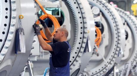Ein Monteur arbeitet an Naben für Windkraftanlagen. «Die deutsche Konjunktur flaut weiter ab», berichtet Ifo-Präsident Clemens Fuest. Foto: Jens Büttner