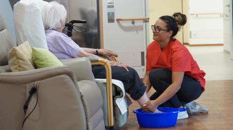 Ein Fußbad soll die Bewohner im Gundelfinger Haus der Senioren bei der Hitze abkühlen. Im Foto übernimmt das Selin Konca, Schülerin zur Pflegefachkraft.